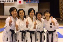 女子団体組手優勝の華頂女子のメンバー