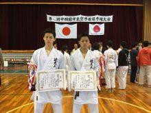 男子組手で優勝した梶村侑哉(右)と準優勝の江藤 純哉